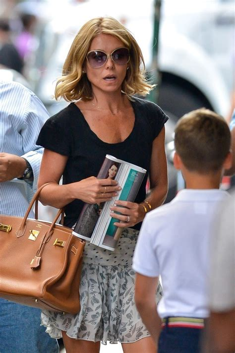 Kelly Ripa Photos Photos - Kelly Ripa out in SoHo - Zimbio