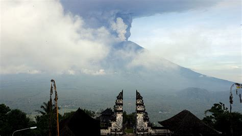 Scientists watching volcanic eruption on Bali minute by